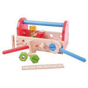 leseni-kovcek-z-orodjem